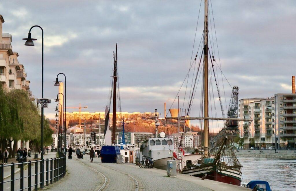 Stockholm. Södermalm. Gott för kropp och knopp med en promenad längs vattnet och kajen där vi bor.
