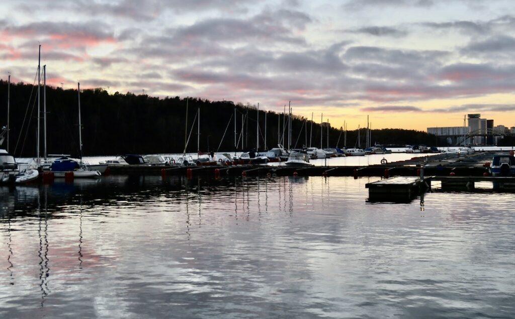 Stockholm. Södermalm. Årstaviken. Att stanna till här och se himlens speglingar i vattnet gör gott för kropp och knopp.