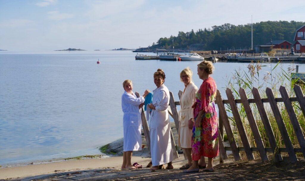 Sandhamn. Stockholms skärgård. Här fyra vänner, en kvartettm från vår bokklubb som ska bada.