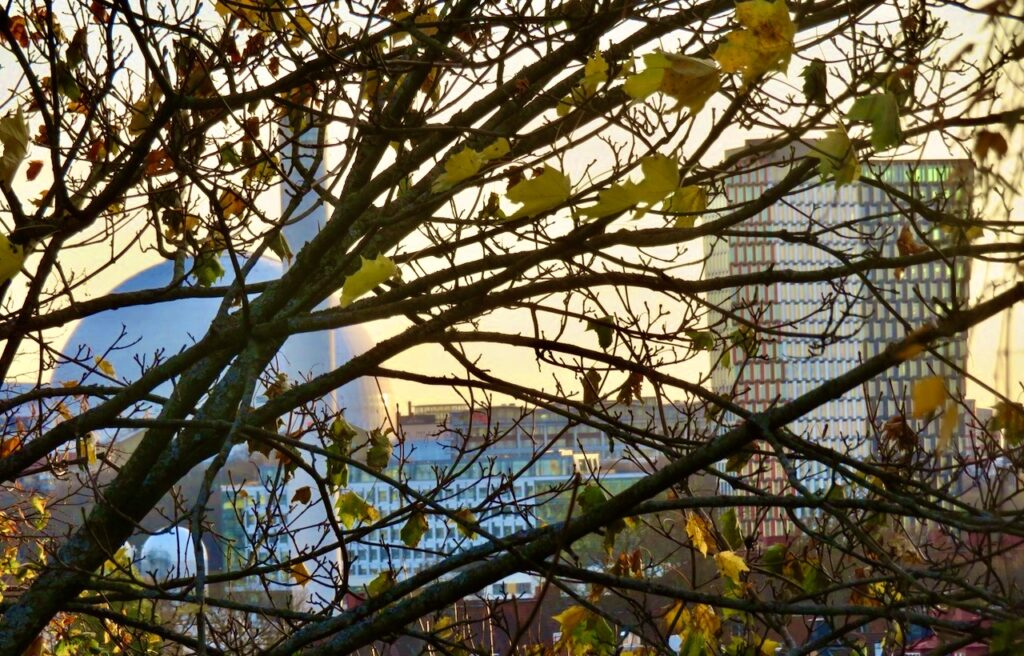 Stockholm. Södermalm. Vita bergen.Fortfarande med solsken i blick zomar jag in Globen, värmeverket och skyskrapan Stockhom New. Dessa ligger ca 1 km. bort.