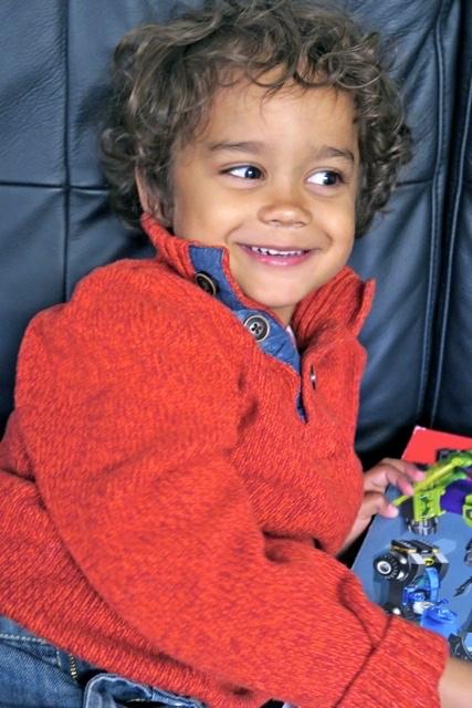 Att fyra av ett leende är yngsta barnbarnet bra på.