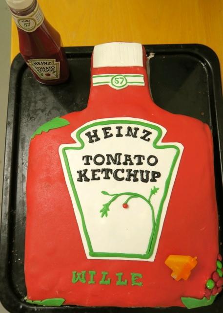 En fantastisk ketchuptårta fick barnbarnet när ha fyllde fyra år. Och hana moster hade bakat den.