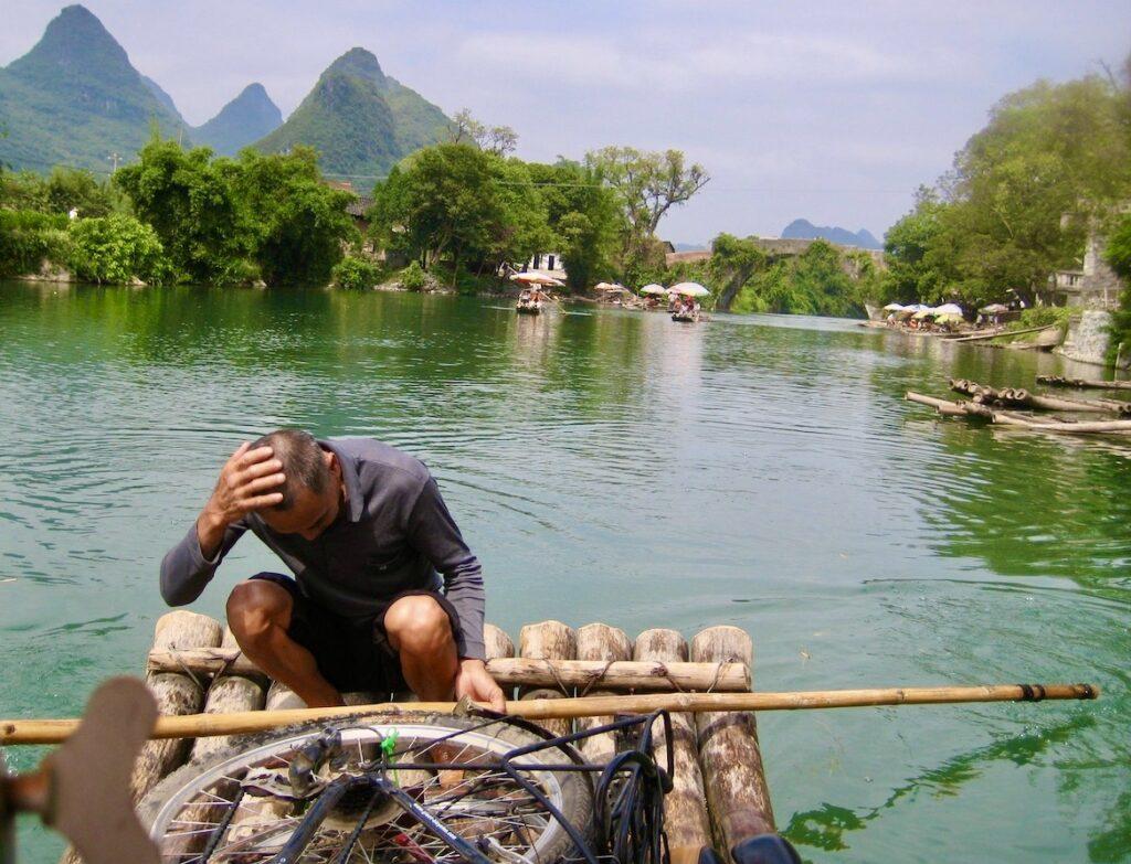 Södra Kina. Yangshuo. Sockertoppsbergen Här åker både vi och cyklarna på floden på en flotte. Minnesvärt och vackert. na