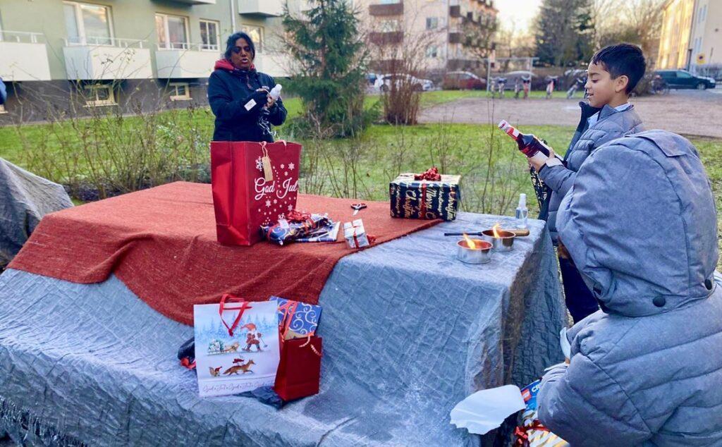 Uppsala. Julafton. Julklappsutdelning utomhus.