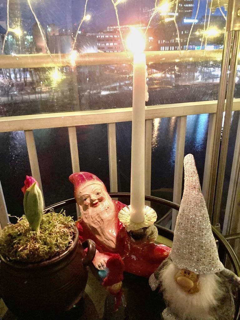Stockholm. Södermalm. En julhälsning från balkongen hemma.