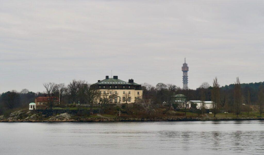 Från Saltsjökvarn ser man över till Djurgården och Waldemarsudde som ligger alldeles vid vatnet.