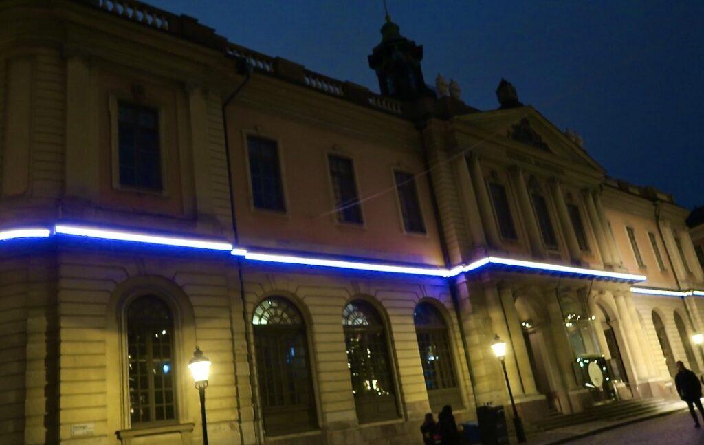 """Stockholm. Gamla stan. Den ljushyllning som finns här på Nobelmuseet heter """"Ledsagare"""""""