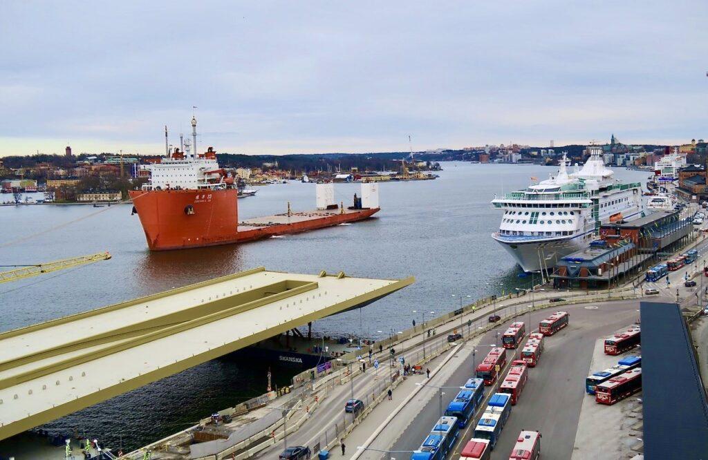 Stockholm. Guldbron/Slussbron anländer till Stockholm- Så året 2020 har inneburit en bättre framkomlighet i Slussenområdet.