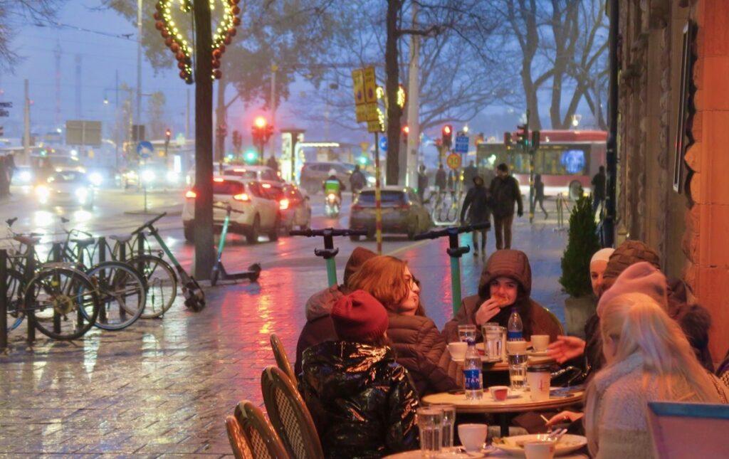Stockholm. Birger Jarlsgatan. Än mer ljus från bilar, bussar och trafikljus.