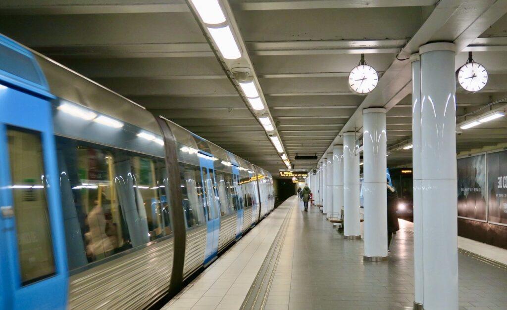 Stockholm. Skanstull tunnelbanestation. Suveränt att anpassa antalet resenärer just nu.