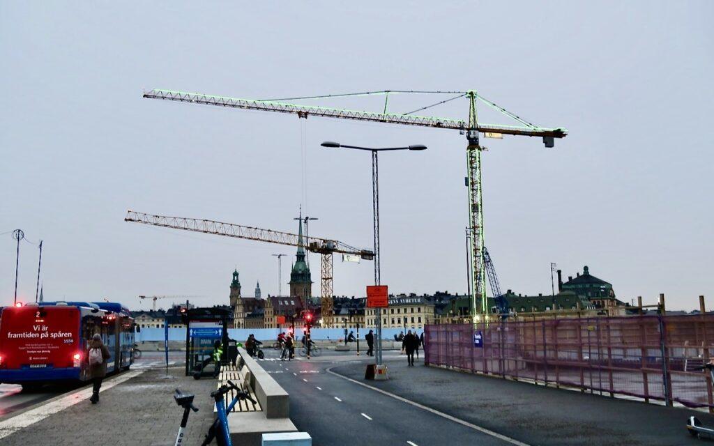 Stockholm. Södermalm. Slussen. Här håller man på att anpassa området till all ökad trafik.