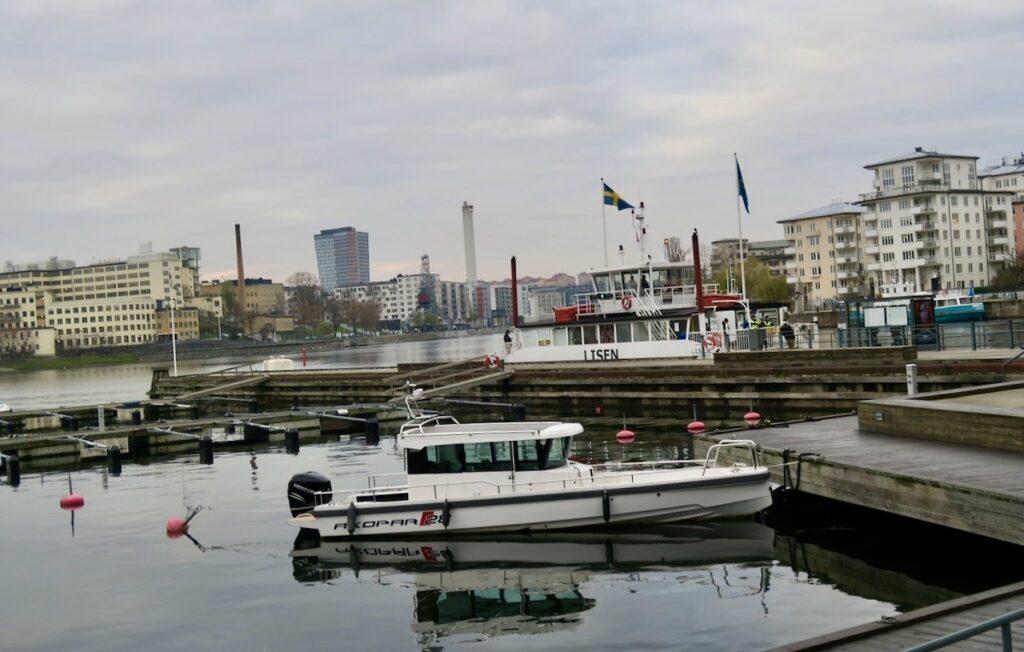 Hammarby sjöstad. Många av de nybyggda husen runt Henriksdalsbryggan ligger vid vattnet och nästan på kajen.