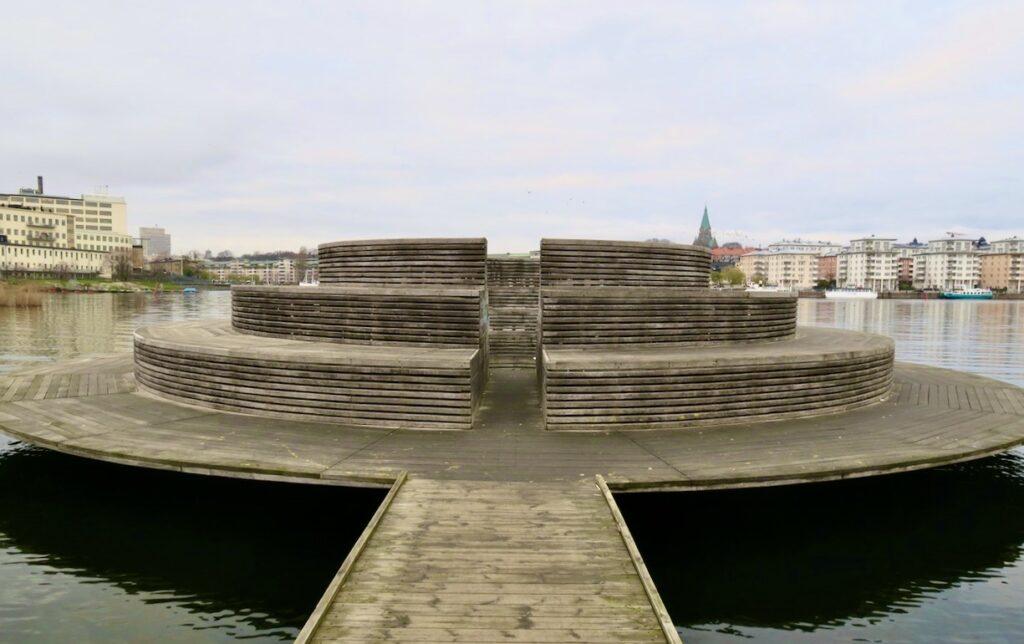 Stockholm. Sickla udde.Bpde i och vid vattnet ligger konstverket, skulpturen. Observatorium.