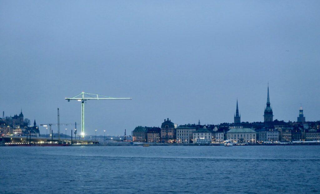 Stockholm. På väg med båt till City den 9:de december. Slussen, Skeppsbron och Gamla stan