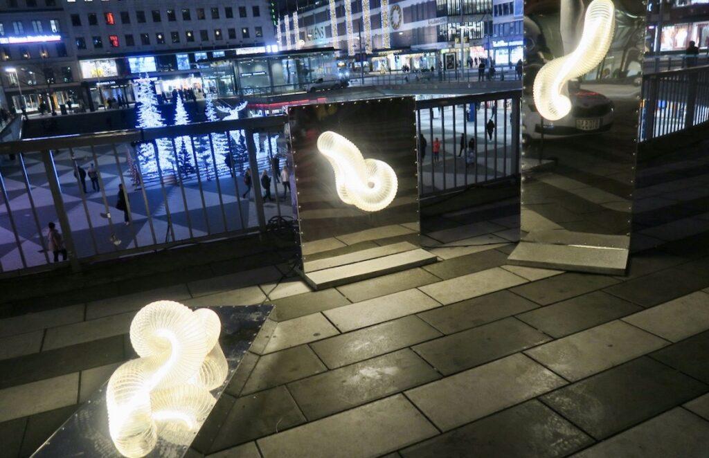 """Stockholm. Sergels torg, """"fontänen"""". """"Reflect"""" En hyllning tillalla som står bakom en Nobelpristagare."""