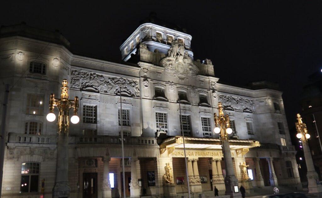 Stockholm. Kungliga dramatiska teatern har fått en extra belysning som hyllning-