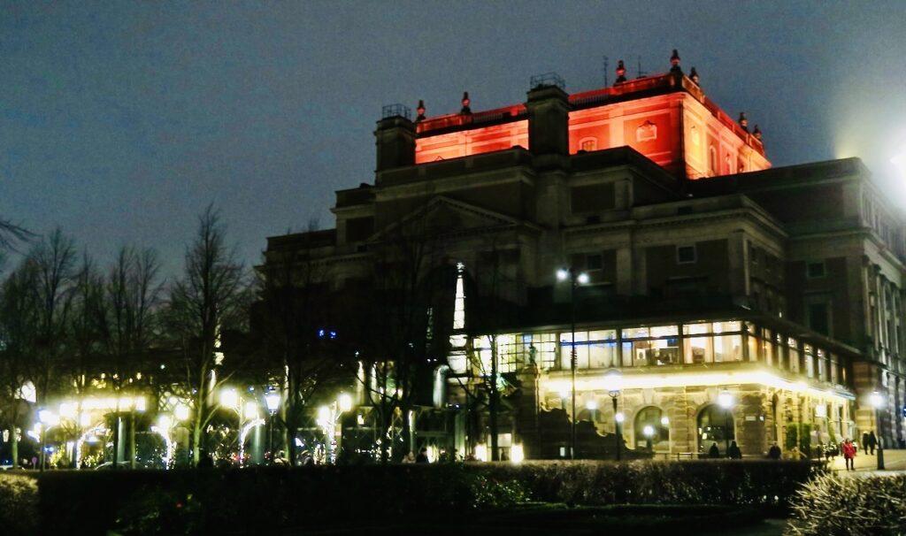Stockholm. Kungliga Operan är vackert belyst och kan ses från bygggnadens alla sidor.