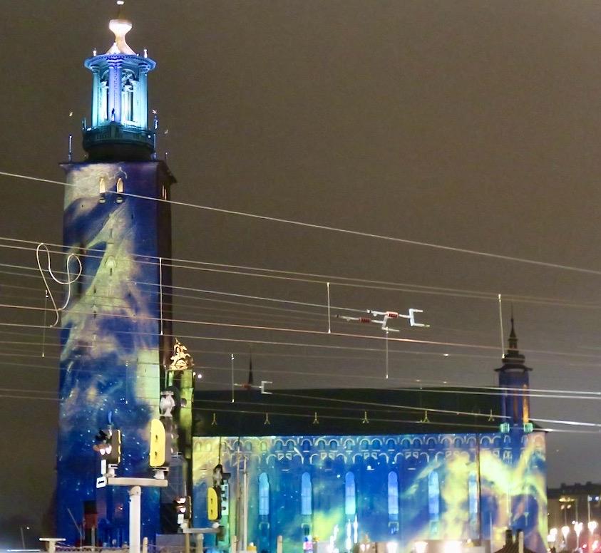 Stockholm och stadshuset. Denna ljushyllning är rymdinspirerad och har tydlig koppling till årets Nobelpristagare i fysik.
