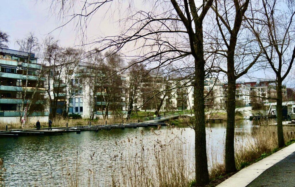 Hammarby sjöstad. Vi följer Sickla kanal och tar oss över vattnet vid Allébron.