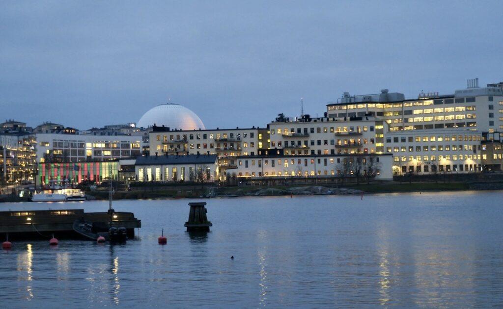 På väg mot Henriksdalsbryggan. En bit bort över vattnet sticker Globen upp.
