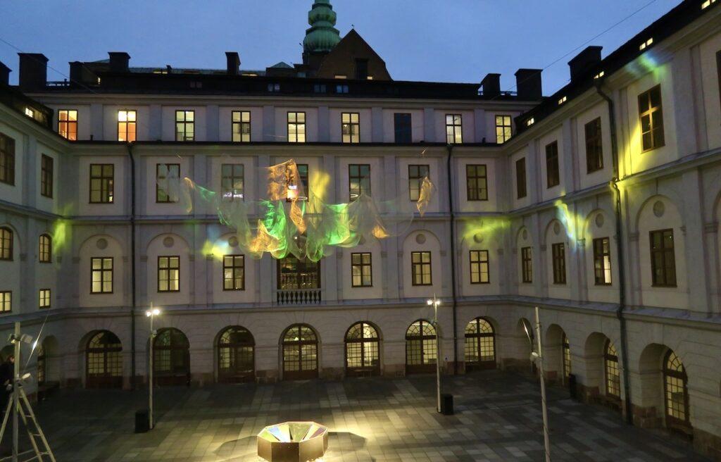 Stockholm. Stadsmuseets innergård. En ljushyllning till det som inom fysiken och praktiken gör att vi kan uppfatta ljus.