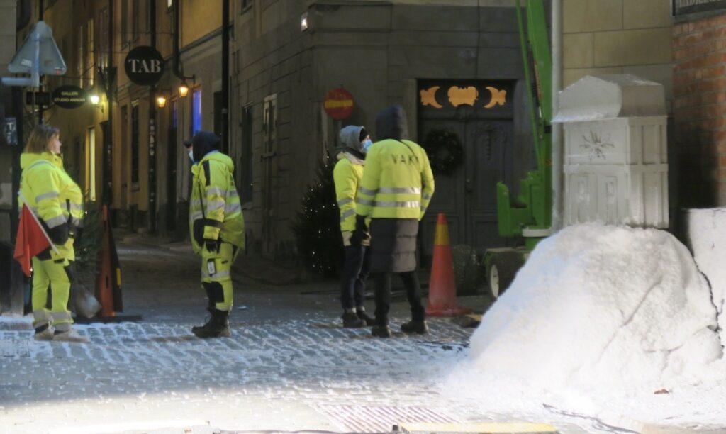 Stockholm . Ingen snö här denna december. Men i Gamla stan fanns den för ett tag. Filminspelning på gång.