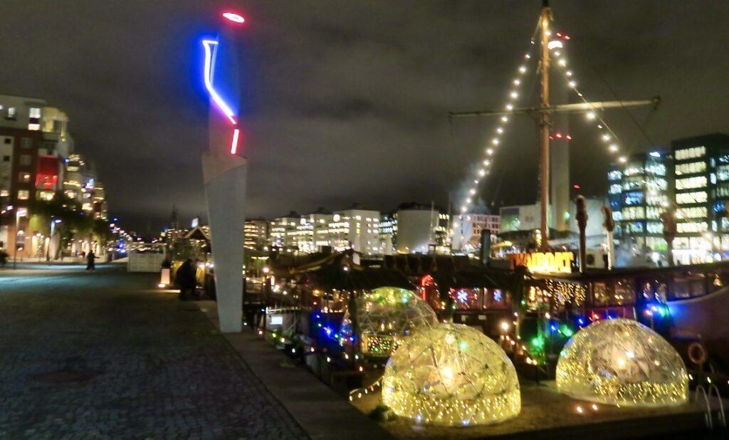 Stockholm. Södermalm. Norra Hammarbykajen. En glittrande restaurang Thaiboat ger en skön skänsla av Thailand.