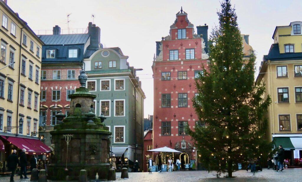 Stockholm. Gamla stan. Stortorget. Här kändes det hoppfullt med flera besökare på uteserveringarna..
