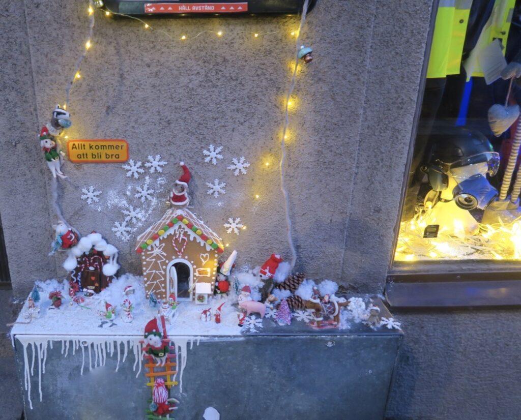 Stockholm. Södermalm. Sett igår. Vinterlandskapet fanns kvar på elskåpet på Södermannagatan. Men brevlådan hade nog tomten redan häntat.