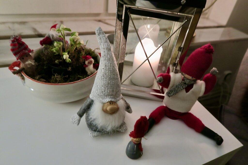 En julhälsning från några tomtar som kommit upp ur vråna på tilfälligt besök.