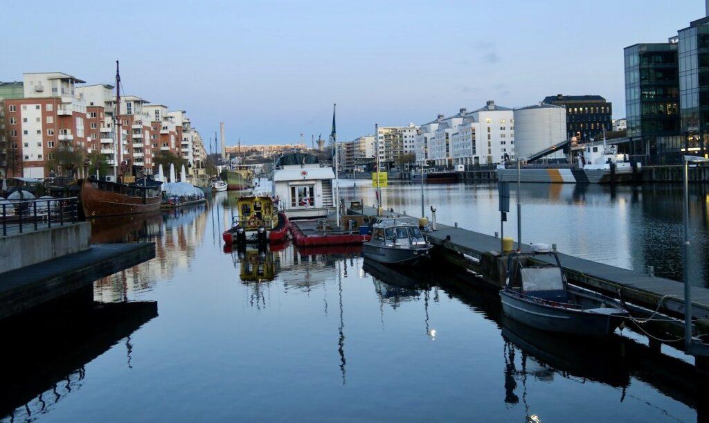Stockholm. Södermalm. JUlaftons eftermiddag och fjärden, Hmmarbykanalen ligger blank som ett nybonat golv.