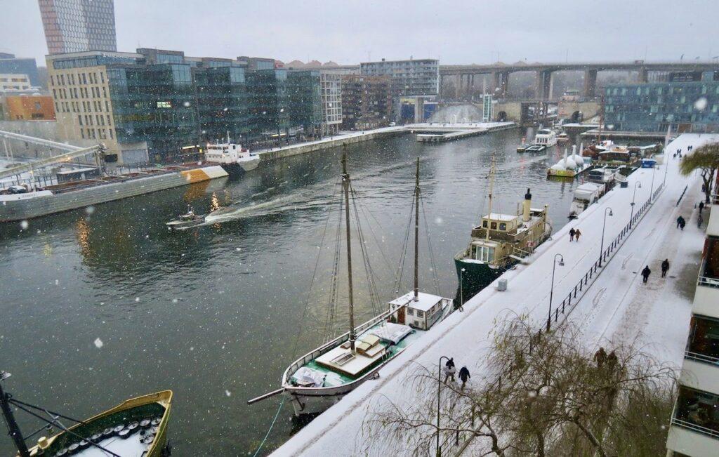 Stockholm. Södermalm. Norra Hammarbykajen. Årets första snö lockade ut många denna juldag.