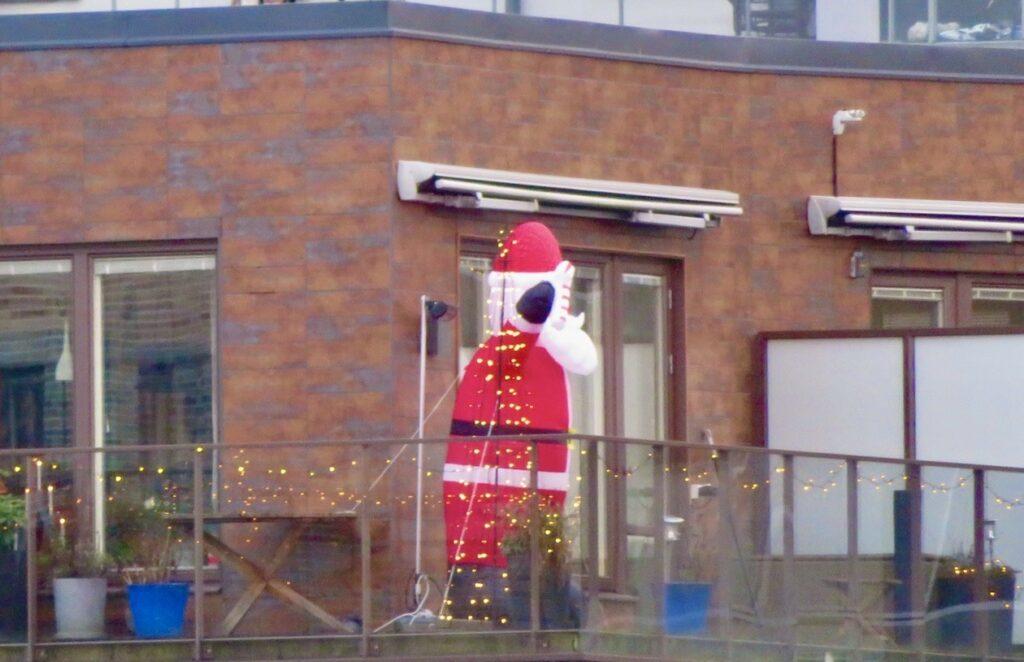 Stockholm . Södermalm. En julhälsning från en balkongtomte.