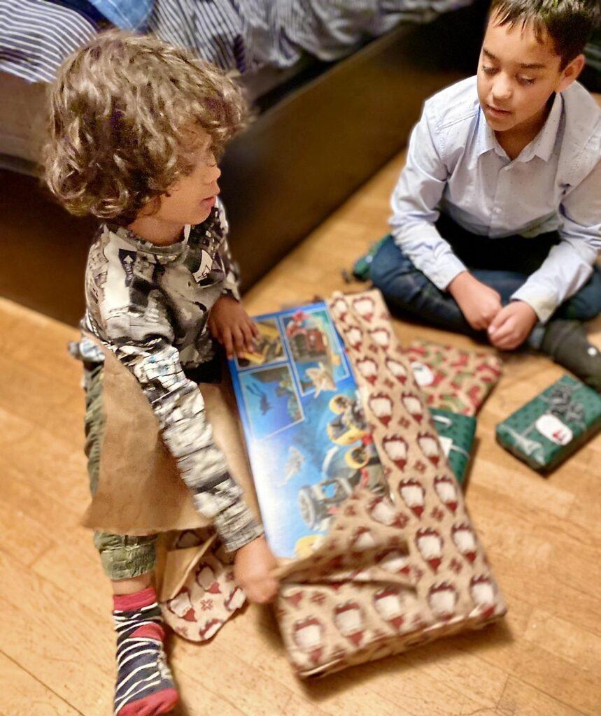 Julafton innebär paket. I varje fall till de yngre.