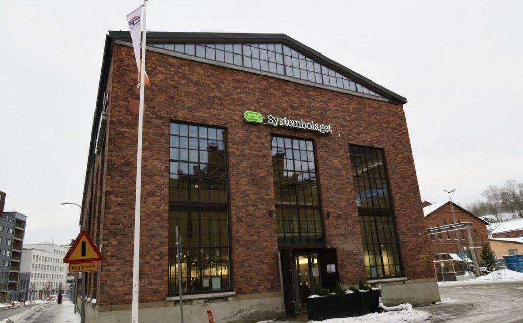 Stockholm. Norra Djurgårdsstaden. Roligt att Systembolaget flyttat in i en av de gamla fabriksbyggnaderna. Att se området här platsar bland veckans händelser.