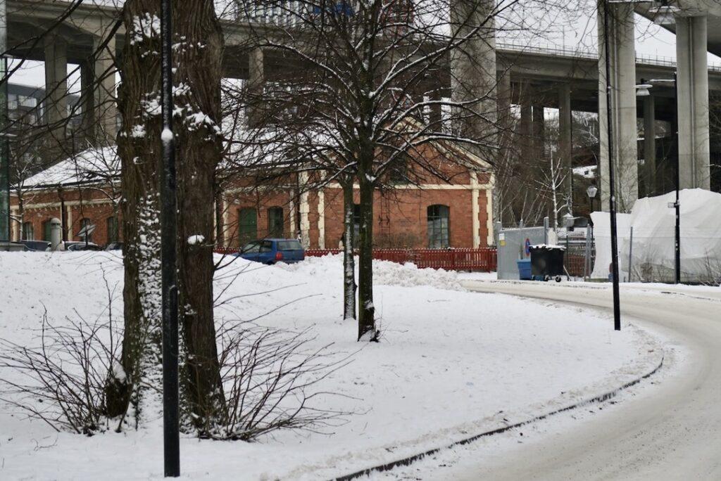 Stockholm. Södermlam. Det gamla pumpuset vid Hammarbyslussen har sin historia och både området och byggnaden kallas för Ryska smällen.
