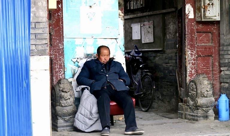 Kina. Peking. Ögonblicksbild. Visst är det lika bra att passa på att sova när det går.