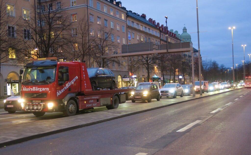 Stockholm. Södermalm. Ringvägen. En del verkar gilla att sitta i bilkö-