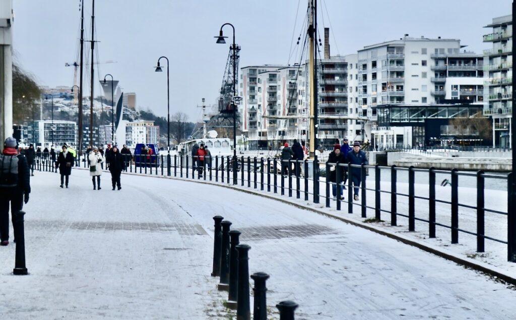 Stockholm. Södermalm. Norra Hammarbyhamnen. Snön har legat kvar i flera timmar och verkar inte avskäcka människor att ge sig ut.