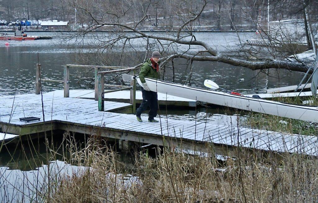 Stockholm. Södermalm. Årstaviken. Häftigt att vara ute och paddla kanot samtidigt som snön ligger på marken.