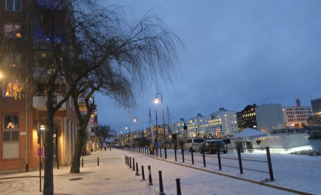 Stockholm. Södermalm. Norra Hammarbyhamnen. Hemma. Skymningen sänker sig men snön bidrar till att lysa upp.
