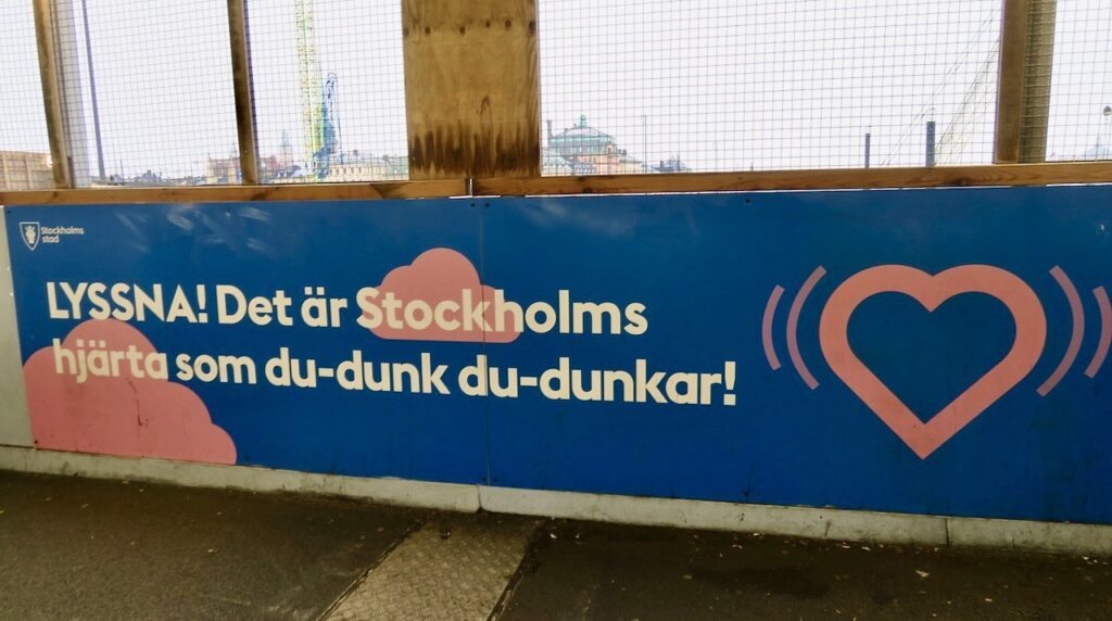Stockholm. Slussenområdet. Roliha skyltar ger extra energi
