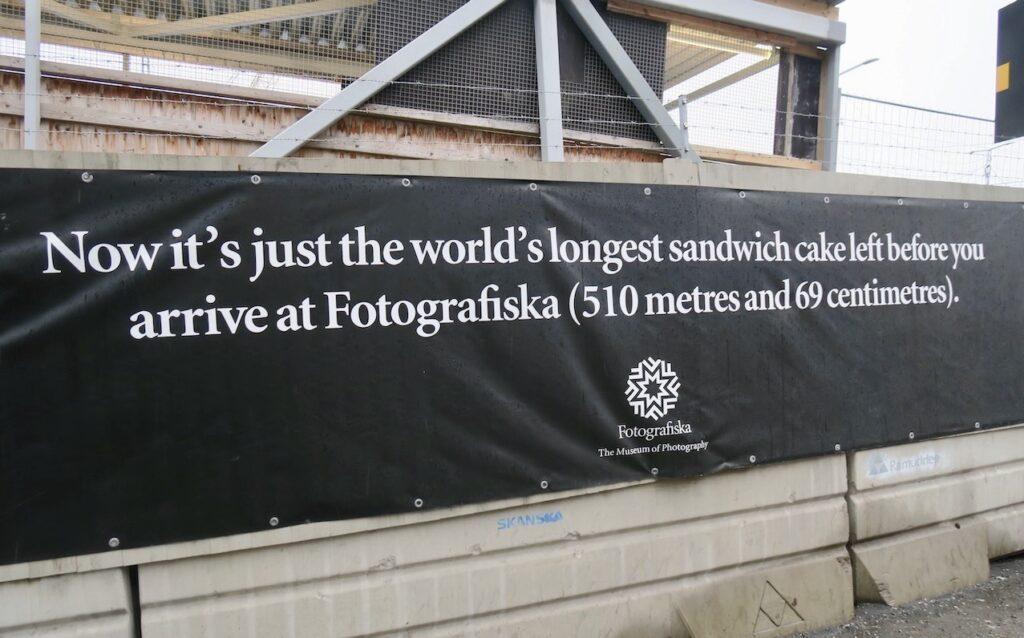 Stockholm. Mot Fotografiska museet. En skylt som ger extra energi i snålblåsten . Snart framme