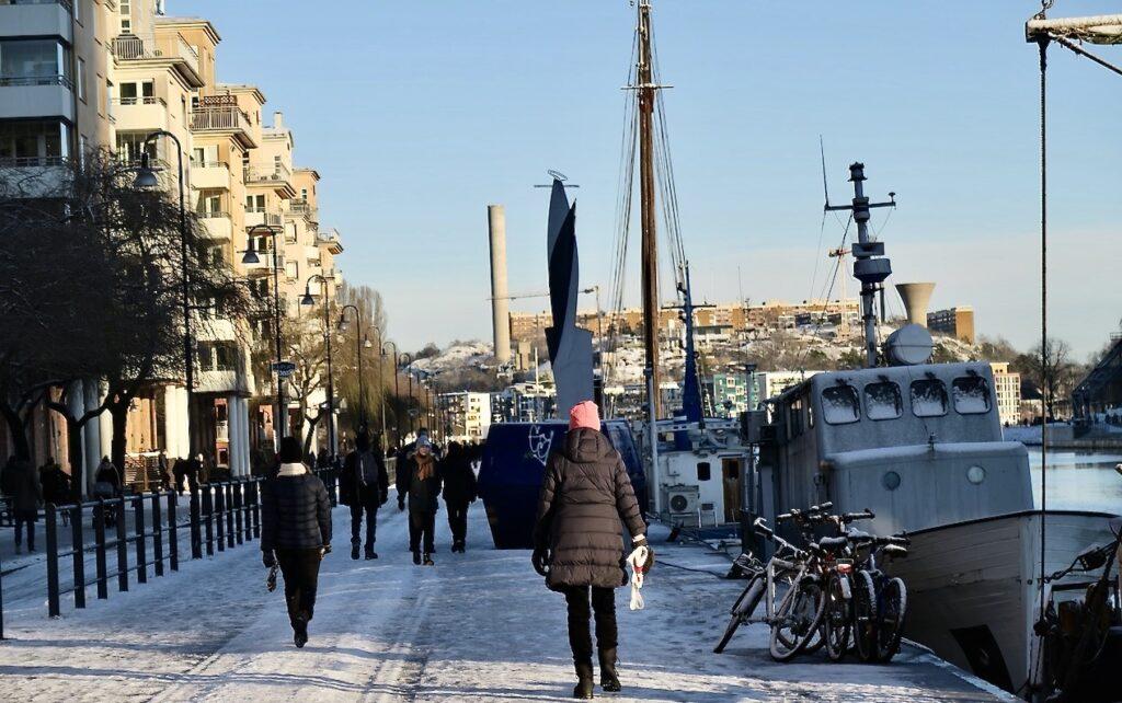 Stockholm . Södermalm. Norra Hammarbykajen. En utedag blev det här för många och i strålande sol.