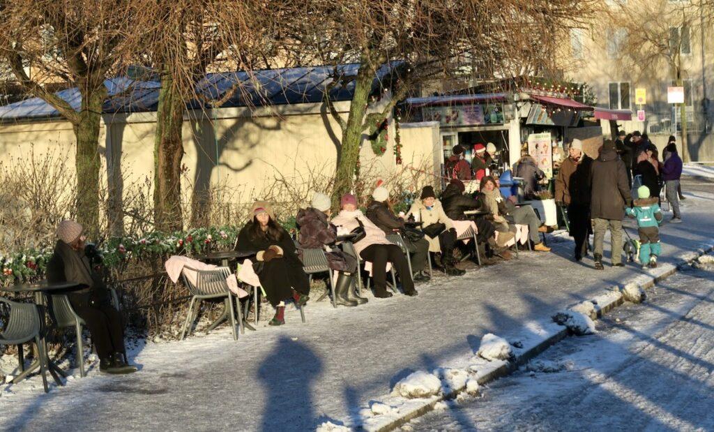 Stockholm. Södermalm. Barnängsbryggan. En utedag på Kajsas café lcockade många.