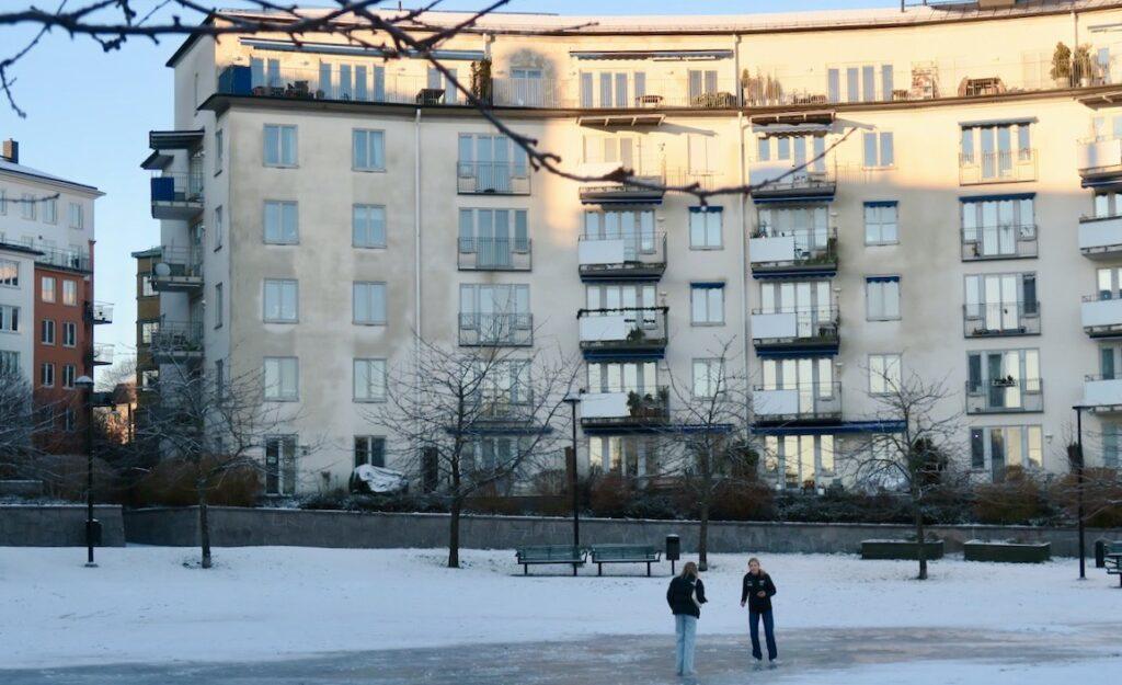 Stockholm. Södermalm. Mandelparken. En isbana finns och några har här en utedag.