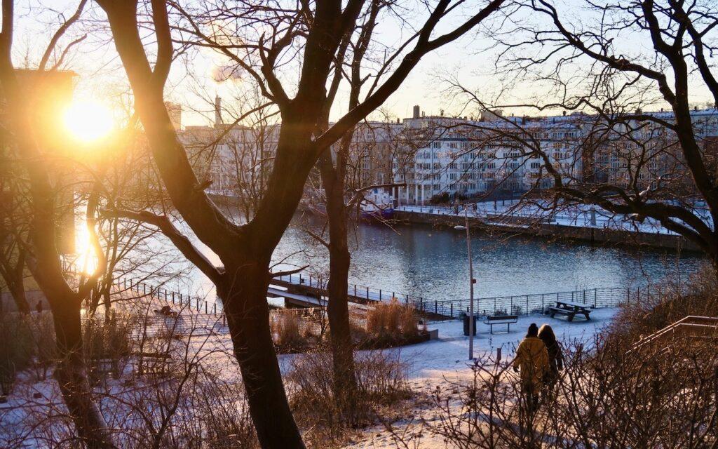 Stockholm. Danviksklippan. Mer njutbart att se och nu solen som speglar sig i vattnet.