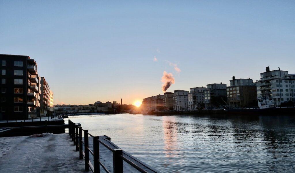 Stockholm. Henriksdalskajen. Solen skyndar sig ner i väster och det är njutbart att bara stå här och titta.