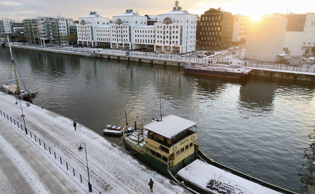 Stockholm. Södermalm. Jag tittar här hemma ut genom fönstren och ser solen försöka ta sig upp.