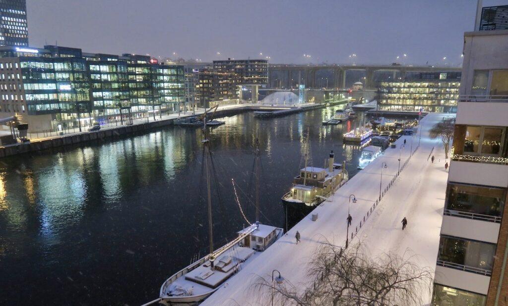 Stockholm. Södermalm. Norra Hammarbyhamnen. Här hemma har mörkret sänkt sig redan klockan 16.